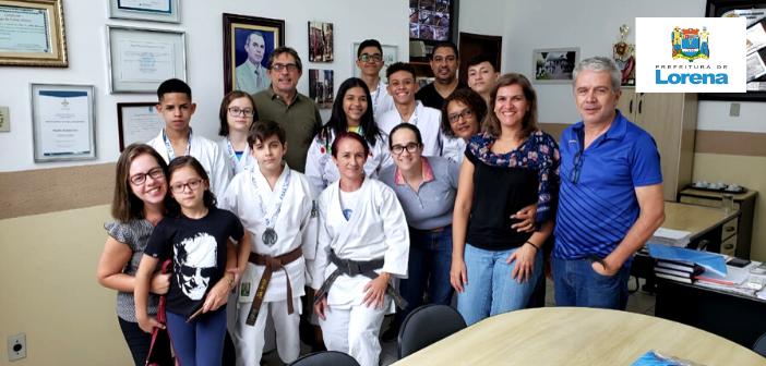 Karatê lorenense é campeão mundial; atletas apresentam medalhas ao prefeito Fábio Marcondes