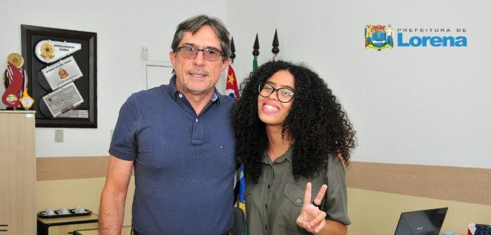 Prefeito Fábio Marcondes recebe a jovem Giovana de Luca, participante do The Voice Kids